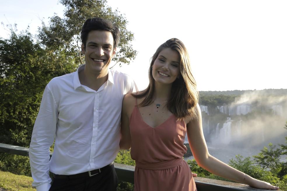 Mateus Solano e Camila Queiroz gravam em Foz do Iguaçu (Foto: Adriana Garcia/Gshow)