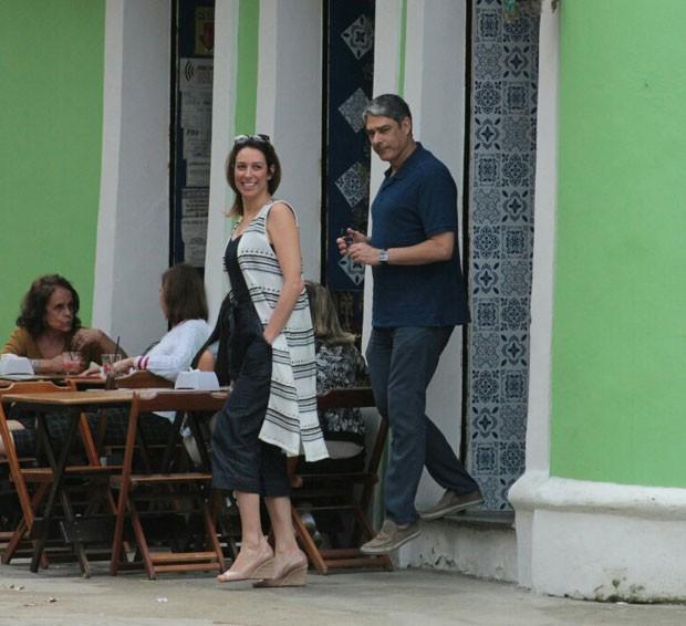 Bonner deixa o restaurante onde almoçou (Foto: AgNews)