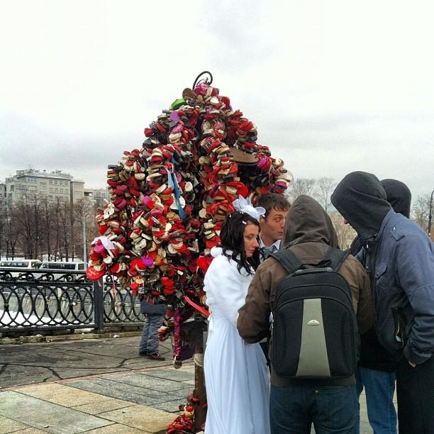 Daniela Mercury posta foto de noivos diante da árvore com cadeados do amor (Foto: Reprodução_Instagram)