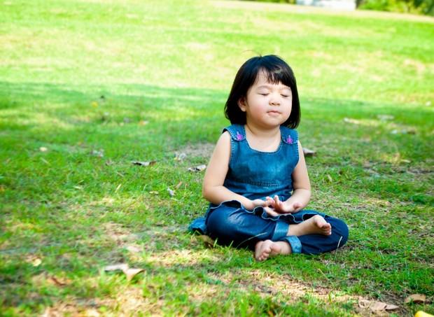 meditar relaxar meditação ioga natureza criança relaxamento  (Foto: thinkstock)
