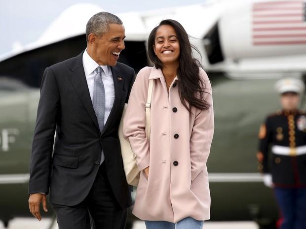 Presidente Barack Obama e a filha mais velha, Malia, caminham para entrar no Air Force One, em Chicago, em abril de 2016 (Foto: Kevin Lamarque/Reuters )