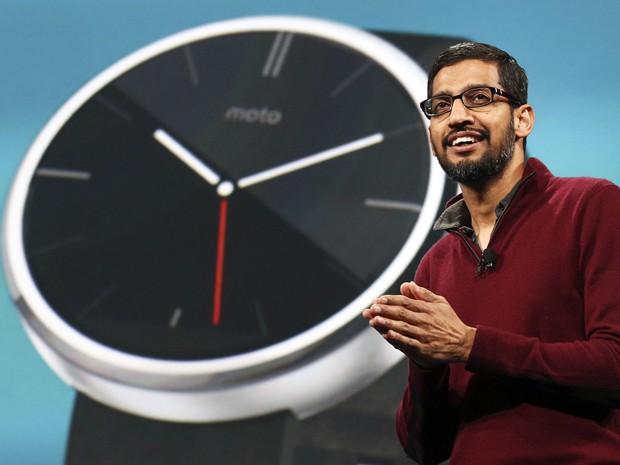 Sundar Pichai, vice-presidente de Android, apresenta relógios inteligentes que usam o sistema (Foto: Elijah Nouvelage/Reuters)