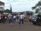 Ladrões assaltam banco e fogem levando policiais e vigia como reféns