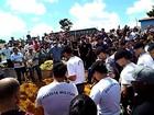 PMs jogam fardas dentro de túmulo em homenagem a policial morto