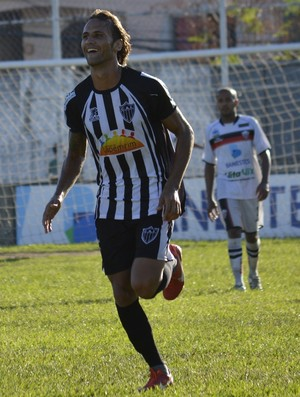 Pepeta fechou o placar para o Atlético-ES com um golaço de cobertura (Foto: Adriano Barbosa/Serra FC)