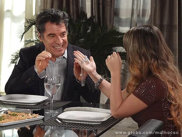 Caetano dá uma joia de presente para Bernardete (Foto: Malhação / TV Globo)