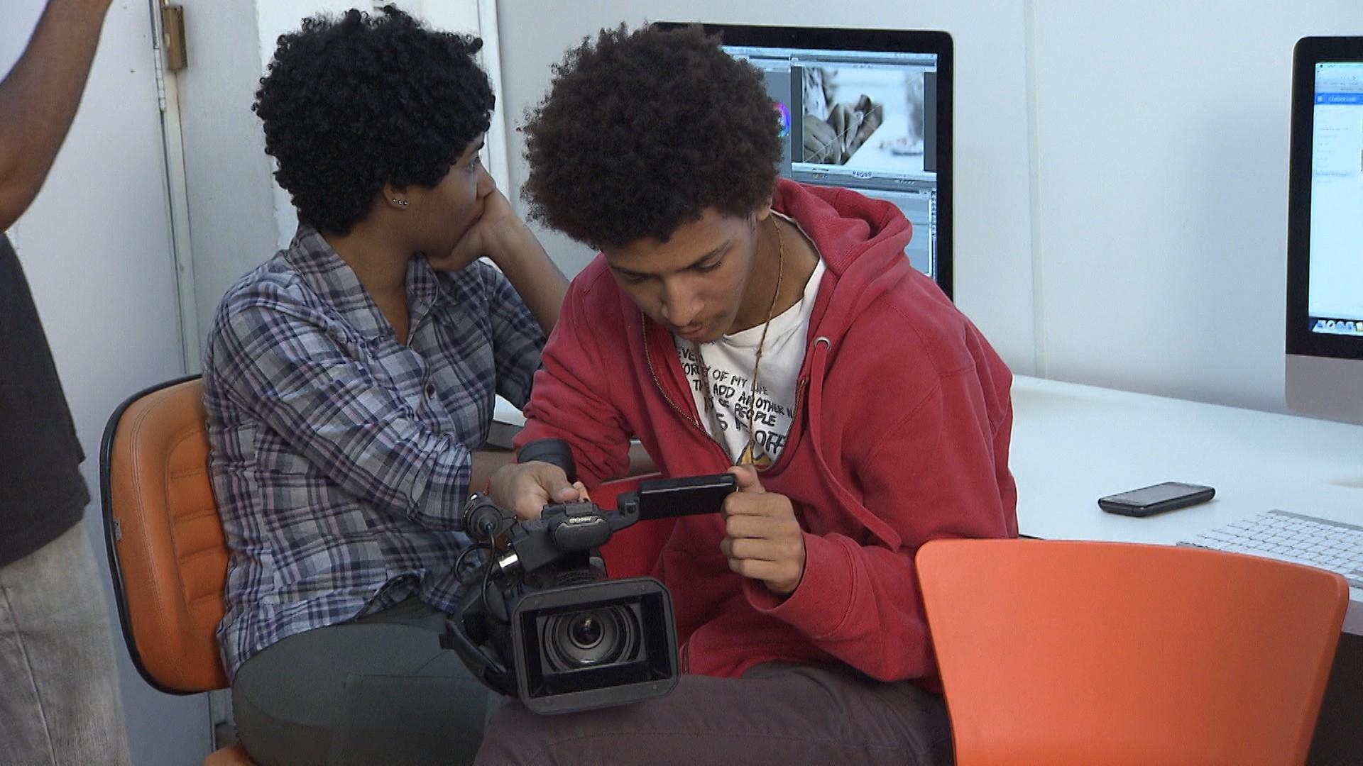 Estudantes estudam quatro linguagens: computação gráfica, fotografia, vídeo e design gráfico (Foto: Divulgação)