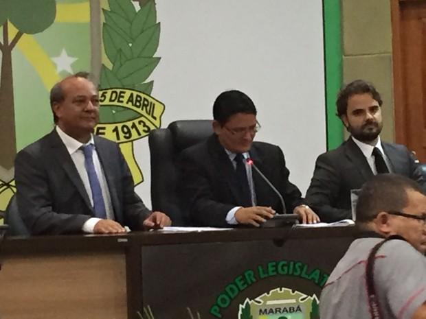Tião Miranda (e) tomou posse como prefeito de Marabá após anunciar renúncia e voltar atrás da decisão (Foto: Mário Novaes / TV Liberal)