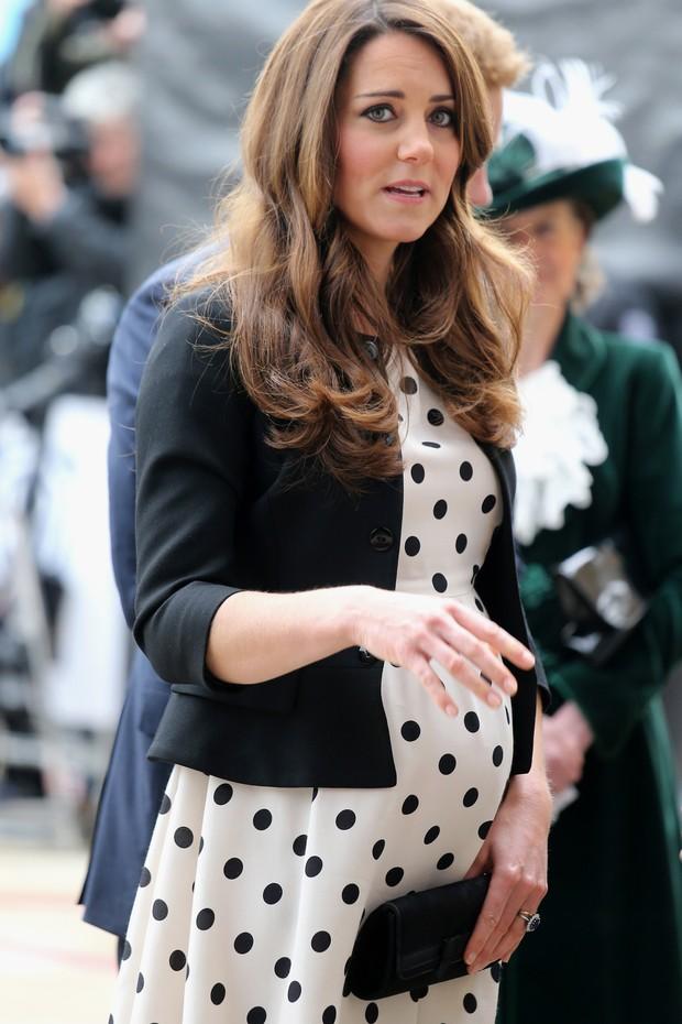 Kate Middleton exibe barrigão (Foto: AFP)