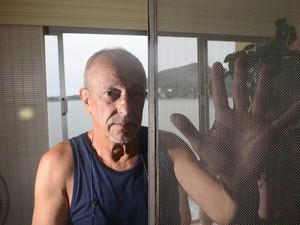 Morador mostrou telas sujas com pó preto no Espírito Santo (Foto: Vitor Jubini/A Gazeta)