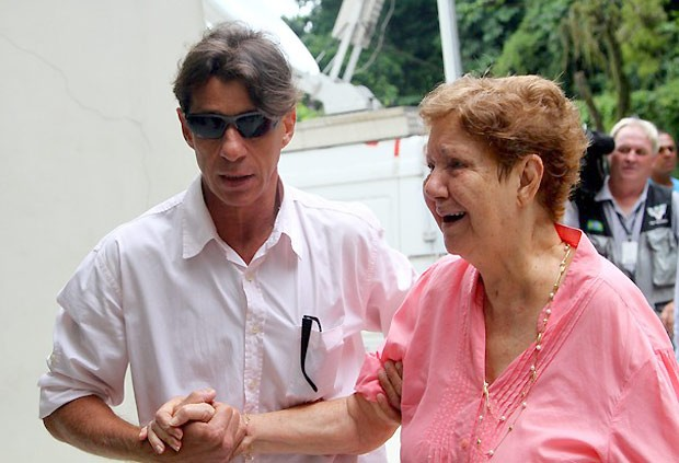 Ricardo ao lado da mãe, Dona Nilda, no enterro do irmão (Foto: AgNews)