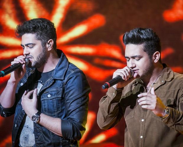 Henrique e Juliano soltam a voz no palco (Foto: Globo/ Paulo Belote.)