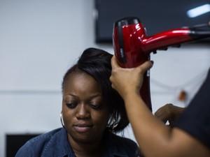 Criado pela consultora Rita Heroína, o projeto 'Heroínas Refugiadas' visita a Casa de Passagem Terra Nova, centro de São Paulo. O projeto visa aumentar a autoestima de mulheres refugiadas com doação de roupas e serviço gratuito de cabelereiro e maquiagem (Foto: Victor Moriyama/G1)