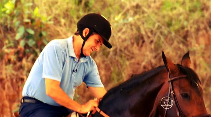 José Roberto Guimarães mostra seu lado cavaleiro (Foto: Reprodução TV Globo)