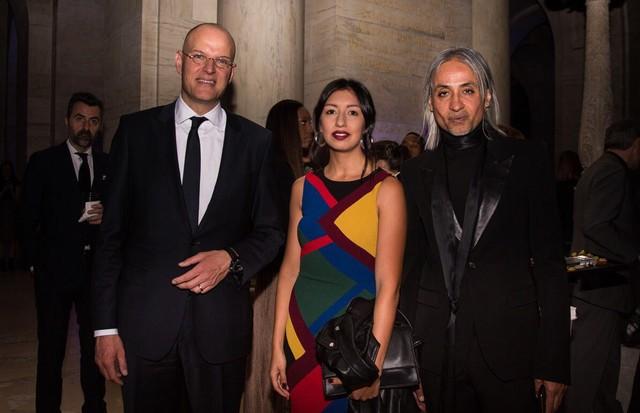 Jens H. Koch, vice-presidente de marketing da marca, e Zaim Kamal, diretor criativo, com Larissa Gargaro, repórter da Vogue Online (Foto:  Carol Andrewsk/ Divulgação)