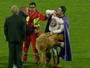 Mascote de clube austríaco exagera em festa e não consegue ficar em pé