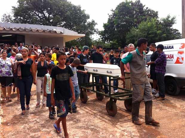 Enterro do menino de 6 anos que foi arrastado pela enxurrada para bueiro em Planaltina na última segunda-feira (8) (Foto: Luciana Amaral/G1)