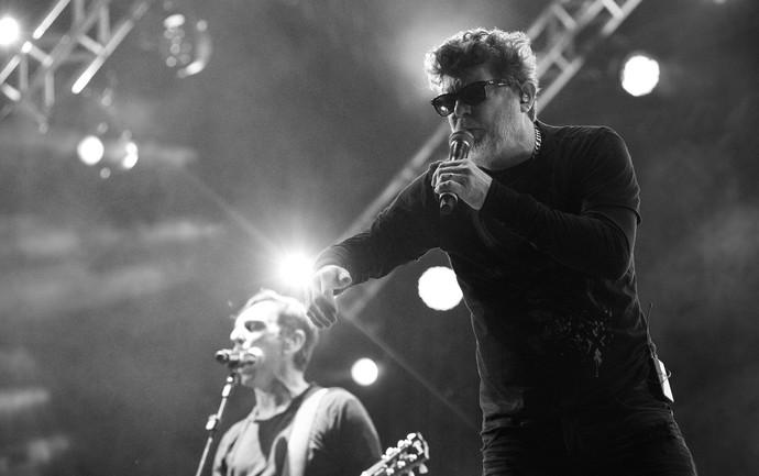 Branco Mello e Paulo Miklos, dos Titãs, no palco do João Rock 2016 (Foto: Érico Andrade/Gshow)
