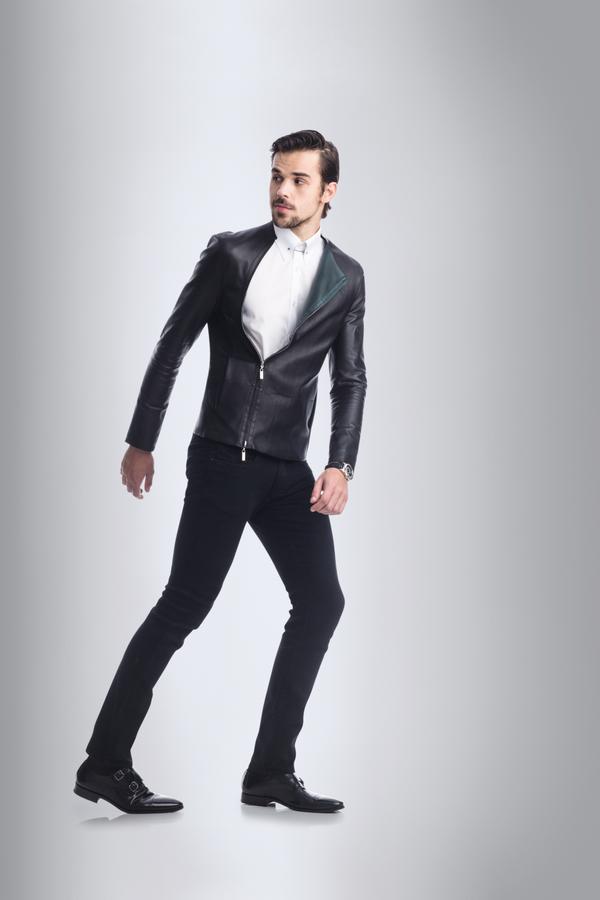 Jaqueta Emporio Armani R$ 10.500 | Camisa Aramis R$ 319 | Jeans Calvin Klein  R$ 430 | Relógio Rolex Sky-Dweller na Montecristo R$ 196.384 | Sapatos Louie R$ 365   (Foto: Marlos Bakker)