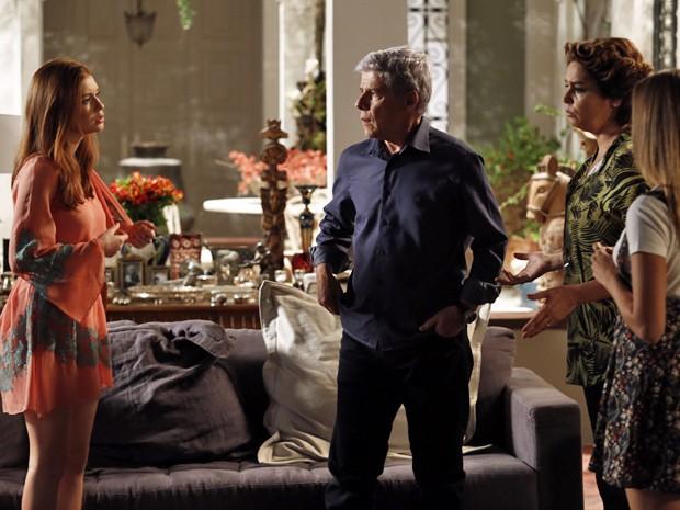 Isis diz a Claudio e Beatriz que Enrico foi quem sabotou o restaurante  (Foto: Fábio Rocha/TV Globo)