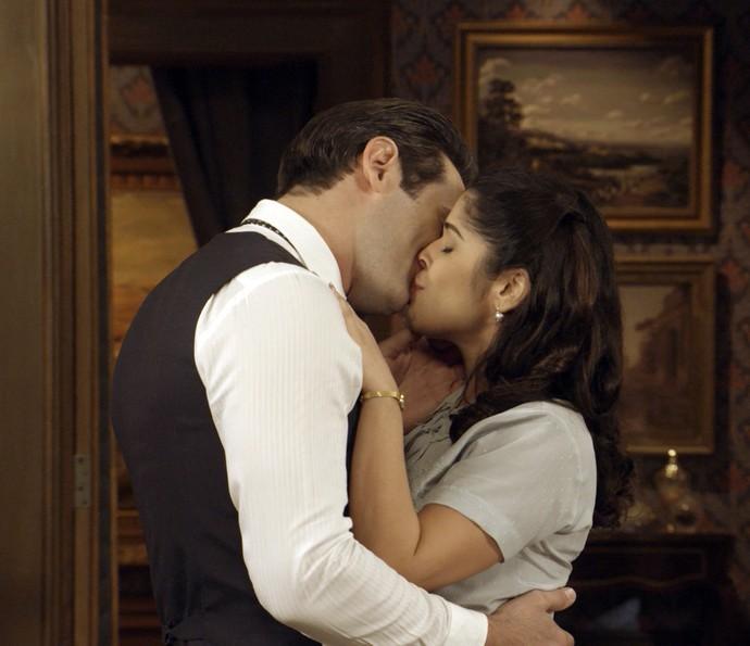 Araújo e Olga se beijam (Foto: TV Globo)