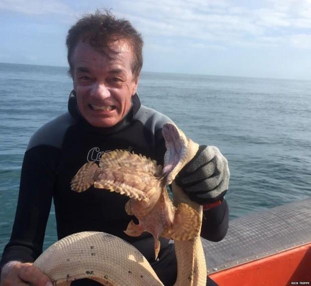 Trippe disse que aproveitou sua experiência de remover pythons de galinheiros quando retirou as estranhas criaturas da água, fisgando a cobra pela boca  (Foto: BBC World Service)
