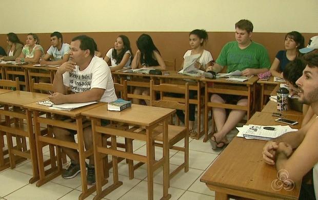 Estudantes e profissionais dividem sala e visam estabilidade no mercado de trabalho (Foto: Acre TV)