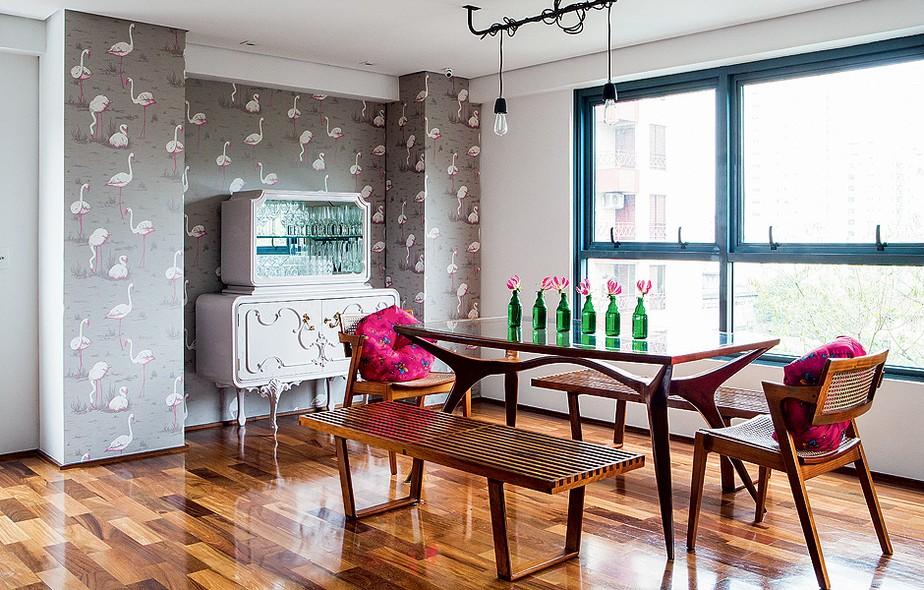Este duplex de 263 m² é um lugar de memórias, cheio de lembranças afetivas. Na sala de jantar, o papel de parede superdivertido, com estampa de aves, foi trazido de Londres. O lustre é criação própria da moradora