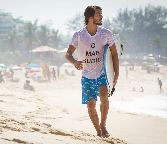 'Me alinha, me deixa no eixo', diz Brenno sobre o surf (Foto: Fabiano Bataglin/Gshow)