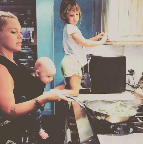 A cantora Pink cozinhando com os filhos (Foto: Instagram)