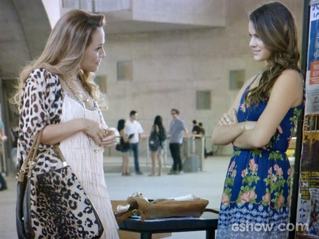 Shirley descobre flauta de Luiza e fica intrigada (Foto: Em Família/ TV Globo)