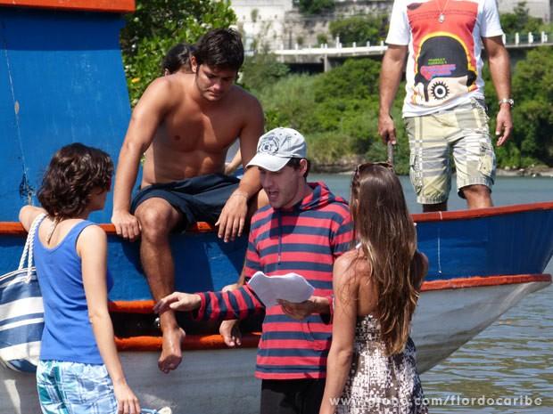O diretor Thiago Telteiroit ensaia com Bruno Gissoni, Tainá-Müller e Maria Joana (Foto: Flor do Caribe/ TV Globo)