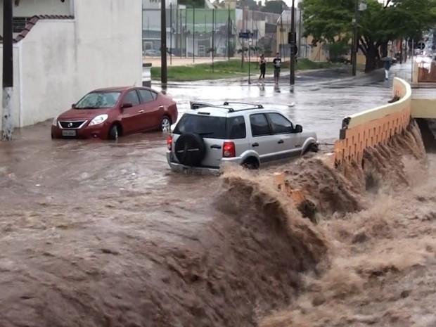 Chuva forte faz córrego transbordar em São Carlos (Foto: Reprodução/EPTV)