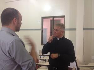 Com ajuda do intérprete Marcelo Luiz, padre surdo realiza trabalho missionário para surdos e ouvintes (Foto: Fabiana Figueiredo/G1)