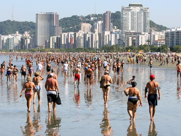 Intensa movimentação na praia do Gonzaga, em Santos, no litoral sul de São Paulo, onde centenas de banhistas aproveitam o feriado prolongado de Tiradentes. A previsão é de tempo seco e ensolarado e a temperatura pode atingir 39ºC (Foto: Guilherme Dionízio/Estadão Conteúdo)