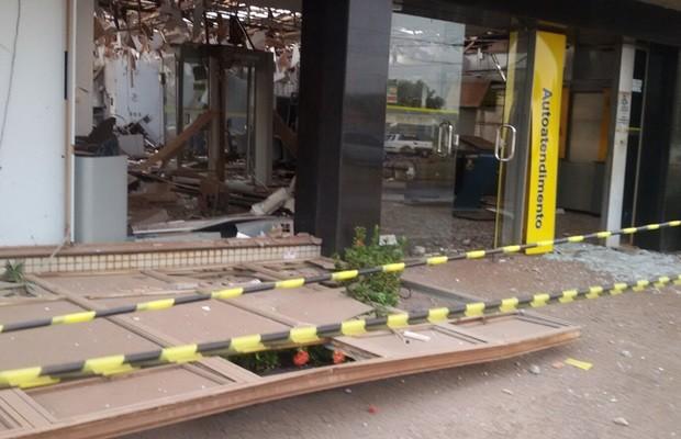 Agência do Banco do Brasil ficou destruída após explosão em Acreúna, Goiás (Foto: Reprodução/TV Anhanguera)