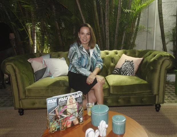 Marina Caruso, diretora de redação, posa em um dos sofás na festa (Foto: Charles Naseh)