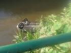 Carro cai dentro de rio e motorista fica ferido em Barra Mansa, RJ
