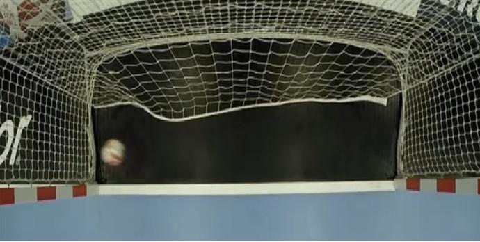 Coreia do Sul x França - bola passa a linha do gol claramente, mas árbitro não viu (Foto: Reprodução/IHF)