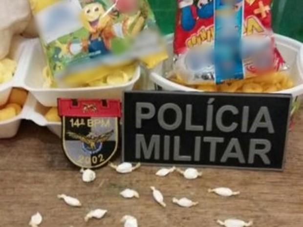 Policiais apreenderam 24 pinos de cocaína dentro de dois pacotes de salgadinho na Cadeia de Serra Talhada (Foto: Divulgação/PM)