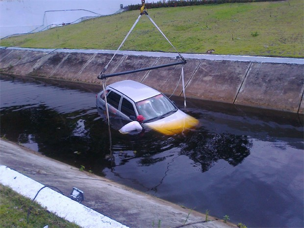Segundo Djalma, o freio de mão estava acionado, mas isso não impediu a descida. O acidente aconteceu no canal que passa por dentro do Shopping do Automóvel, às margens da BR-230. Por volta das 13h40 o carro já estava sendo removido (Foto: Lucas Barros/TV Cabo Branco)