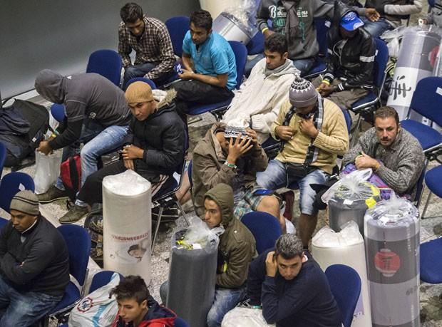 Refugiados aguardam em abrigo em Efurt, no Centro da Alemanha, após serem transportados de Munique nesta terça-feira (8) (Foto: Jens Meyer/AP)