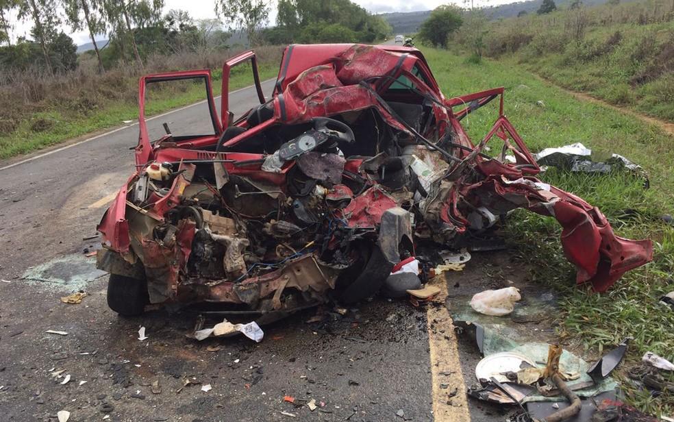 Carro ficou destruído após a batida na BA-250 (Foto: Blog Itiruçu Online)