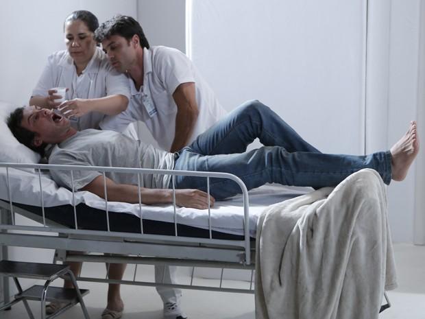Enfermeiros tentam conter o paciente (Foto: Felipe Monteiro/ Gshow)