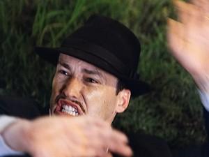 O cafajeste tenta se defender da ira do irmão (Foto: Gabriela / TV Globo)
