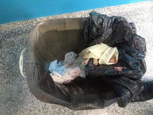 Corpo do feto foi encontrado dentro da lixeira de um banheiro da Upa- Leste de Porto Velho (Foto: Hosana Morais/G1)