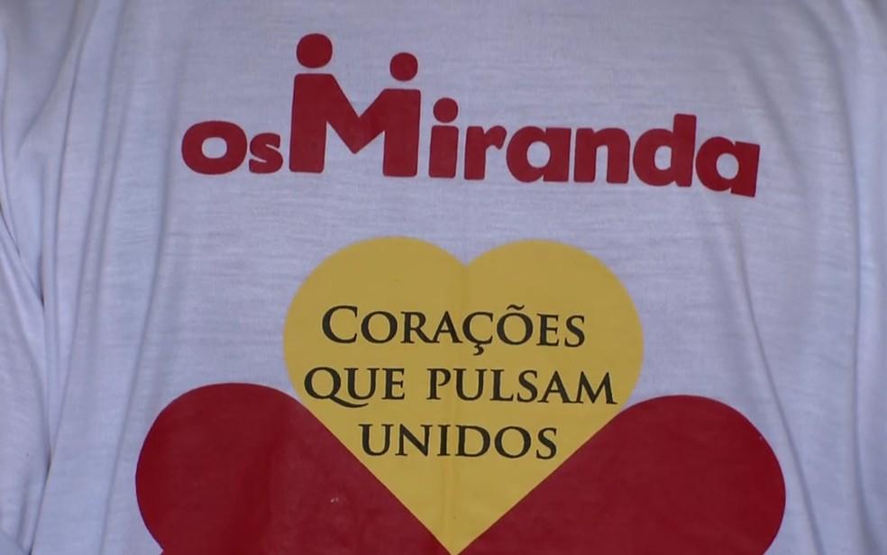 Familiares fizeram camiseta para campanha de doações para viagem ao Vaticano  (Foto: TV Globo/Reprodução)