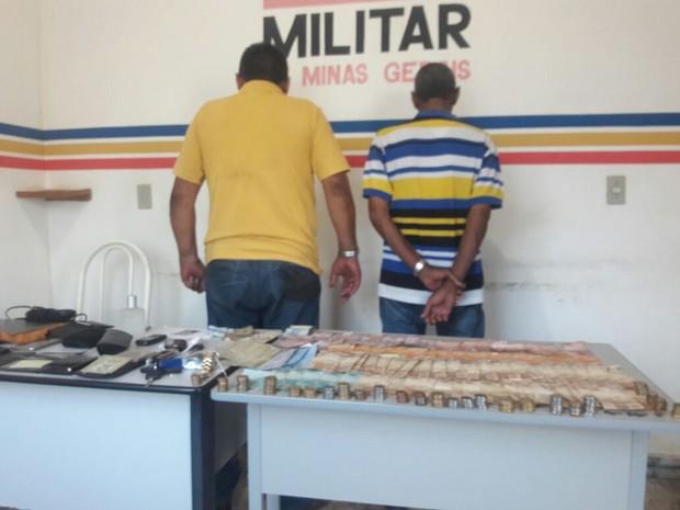 Homens foram presos com o dinheiro do furto (Foto: Helvécio Araújo/ Arquivo Pessoal)