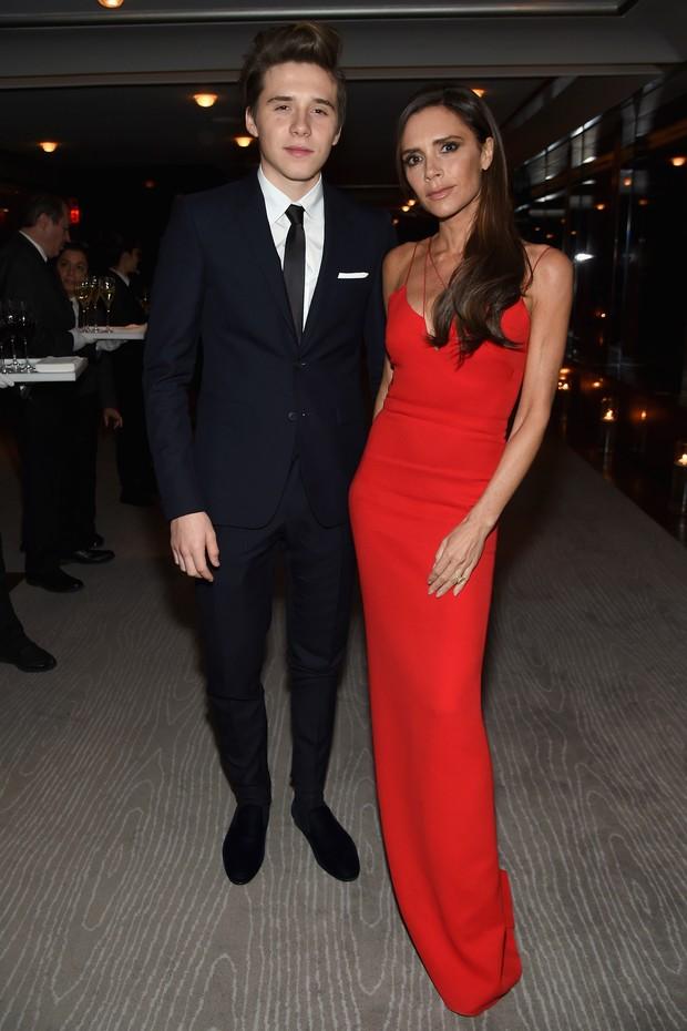 Victoria Beckham e Brooklyn Beckham (Foto: JAMIE MCCARTHY / GETTY IMAGES NORTH AMERICA / AFP)