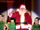 Chegada do Papai Noel emociona crianças no Centro de Florianópolis